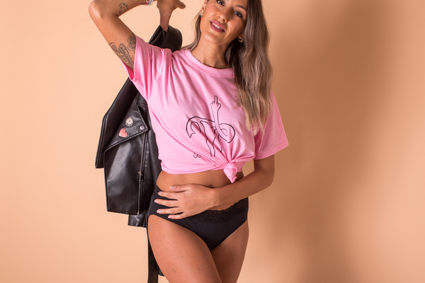 "imagen camiseta original con mensaje feminista ""mi utero te saluda"""